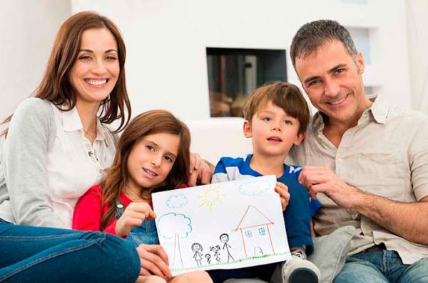 Семья с рисунком.
