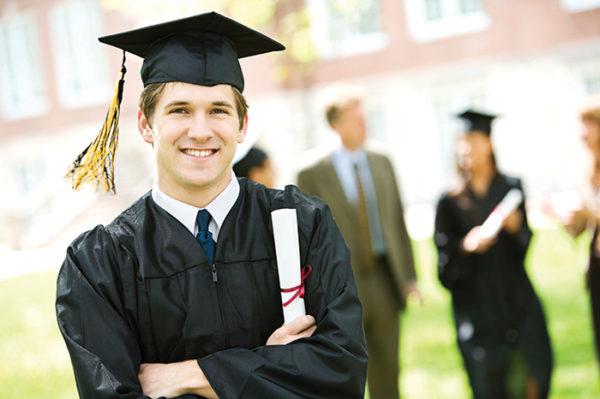Студент возле вуза